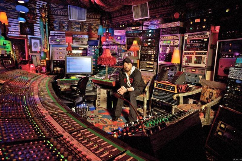 Звукорежиссер в студии