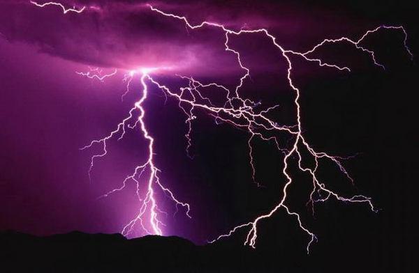 Разряды молнии помогают молекулам азота связываться с нитратами