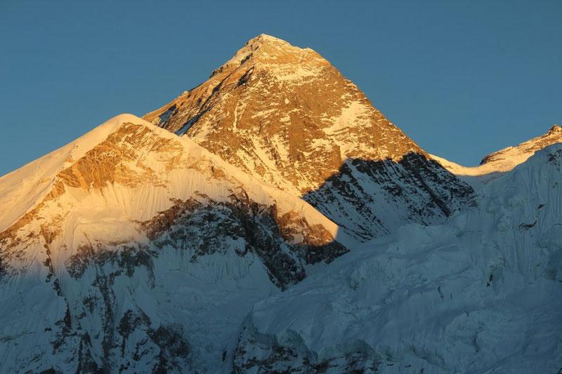 Эверест. На его вершине давление в 4 раза меньше, чем у подножия