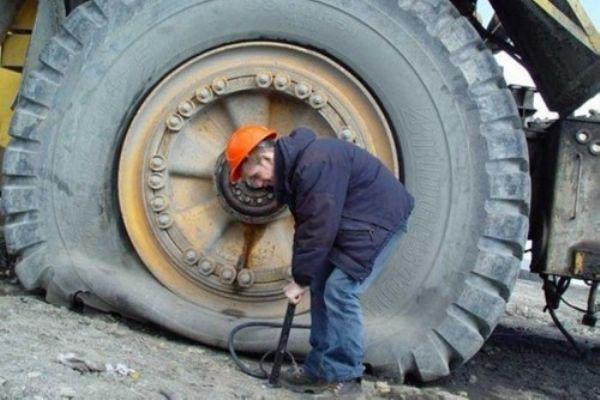 Давление в шинах - это давление газа. Оно обусловлено столкновениями молекул воздуха с поверхностью шины