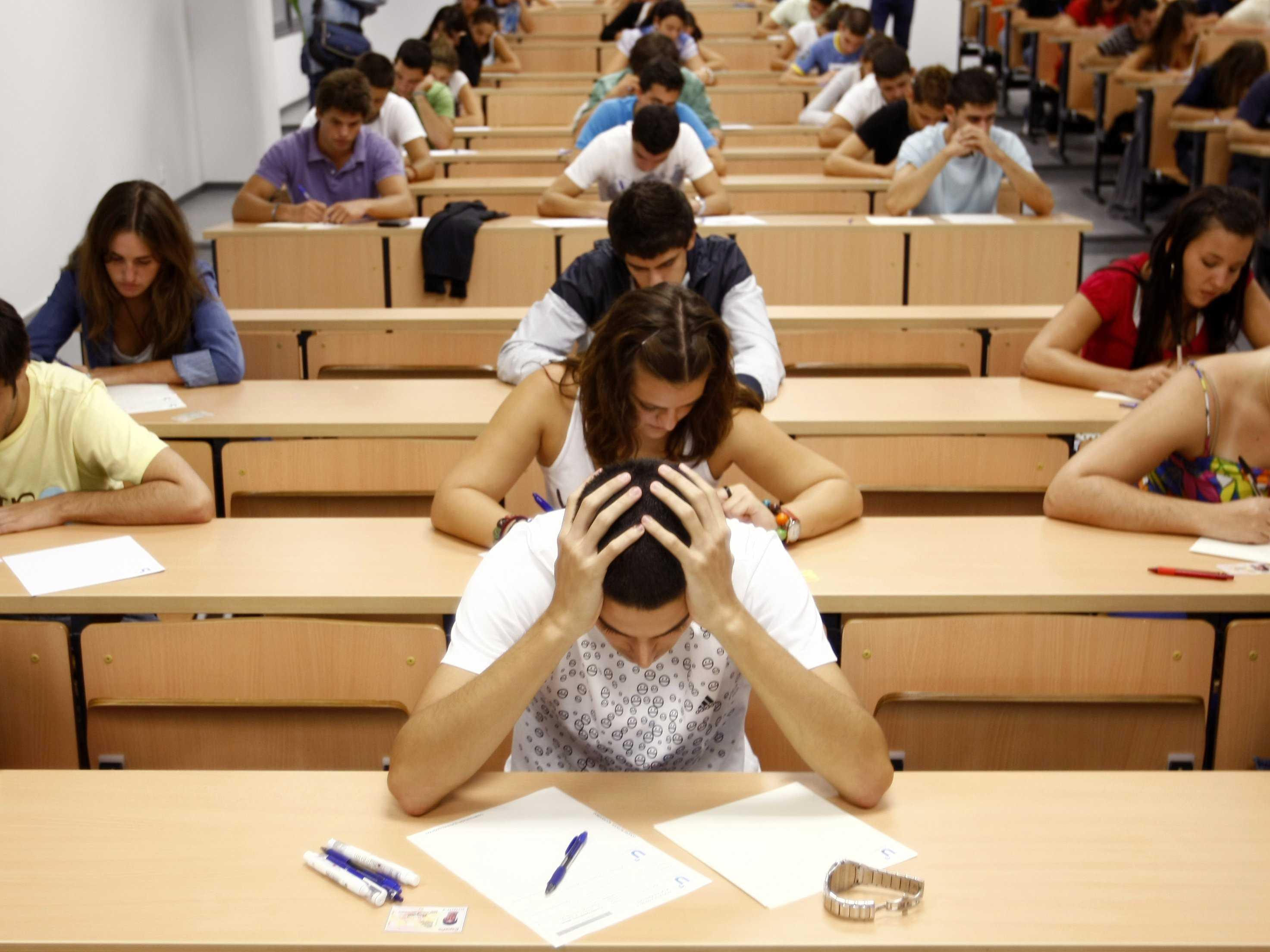 Студентки сдают экзамен 7 фотография